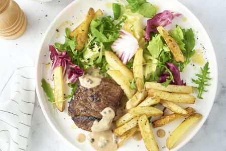 Steak met peperroomsaus, sla en frietjes