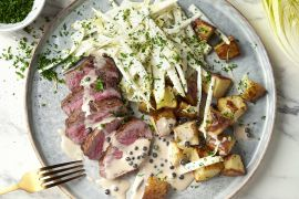 Foto van Steak met peperroomsaus, witloofsalade en geroosterde aardappelen