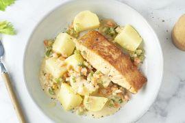 Foto van Gebakken zalm met fijne groentesaus en aardappelen
