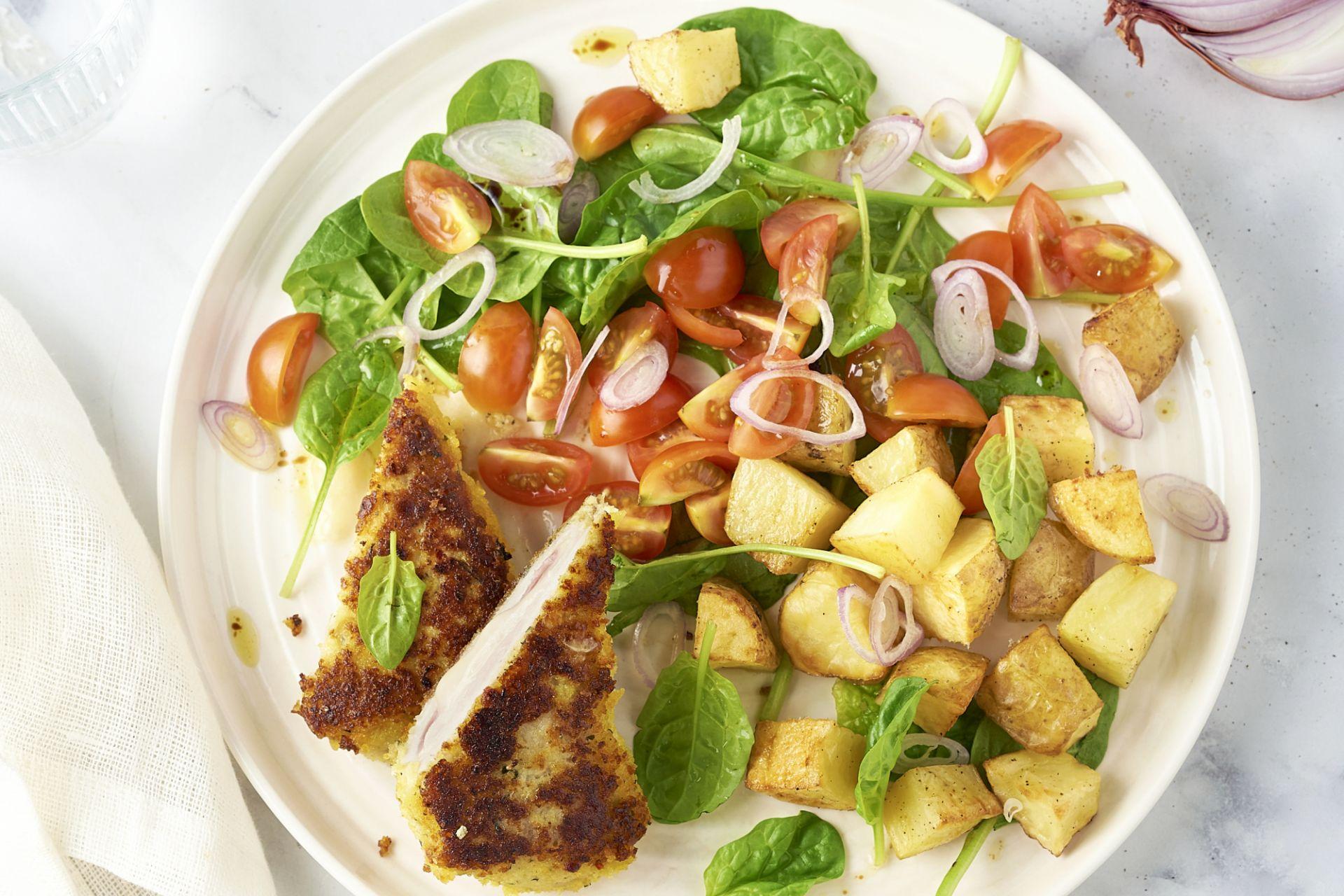 Cordon bleu met spinazie, tomaat en geroosterde aardappelen