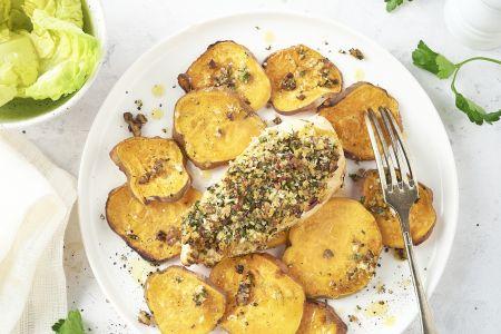 Krokante kip en zoete aardappel van de bakplaat