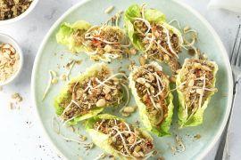 Foto van Laab met quinoa in sla-schuitjes