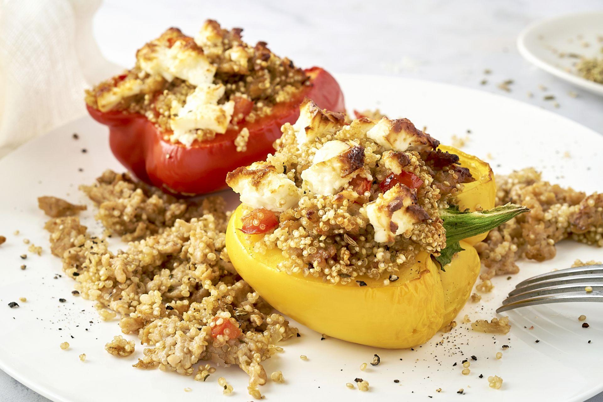Griekse gevulde paprika met kippengehakt, quinoa en feta