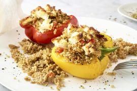 Foto van Griekse gevulde paprika met kippengehakt, quinoa en feta