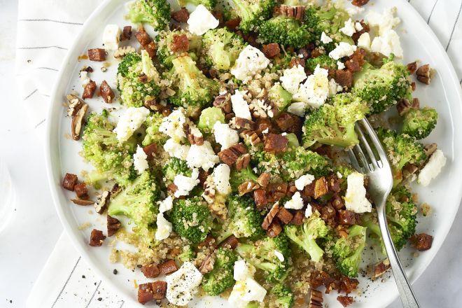 Quinoasalade met broccoli, chorizo, feta en citroendressing