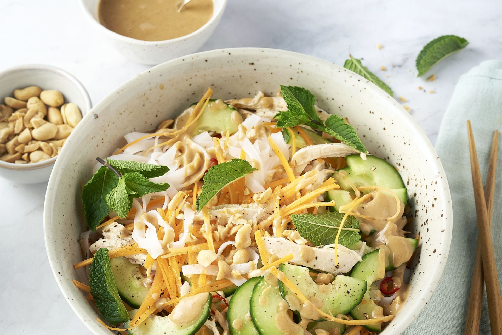 Vietnamese noedelsalade met pulled chicken en pindadressing