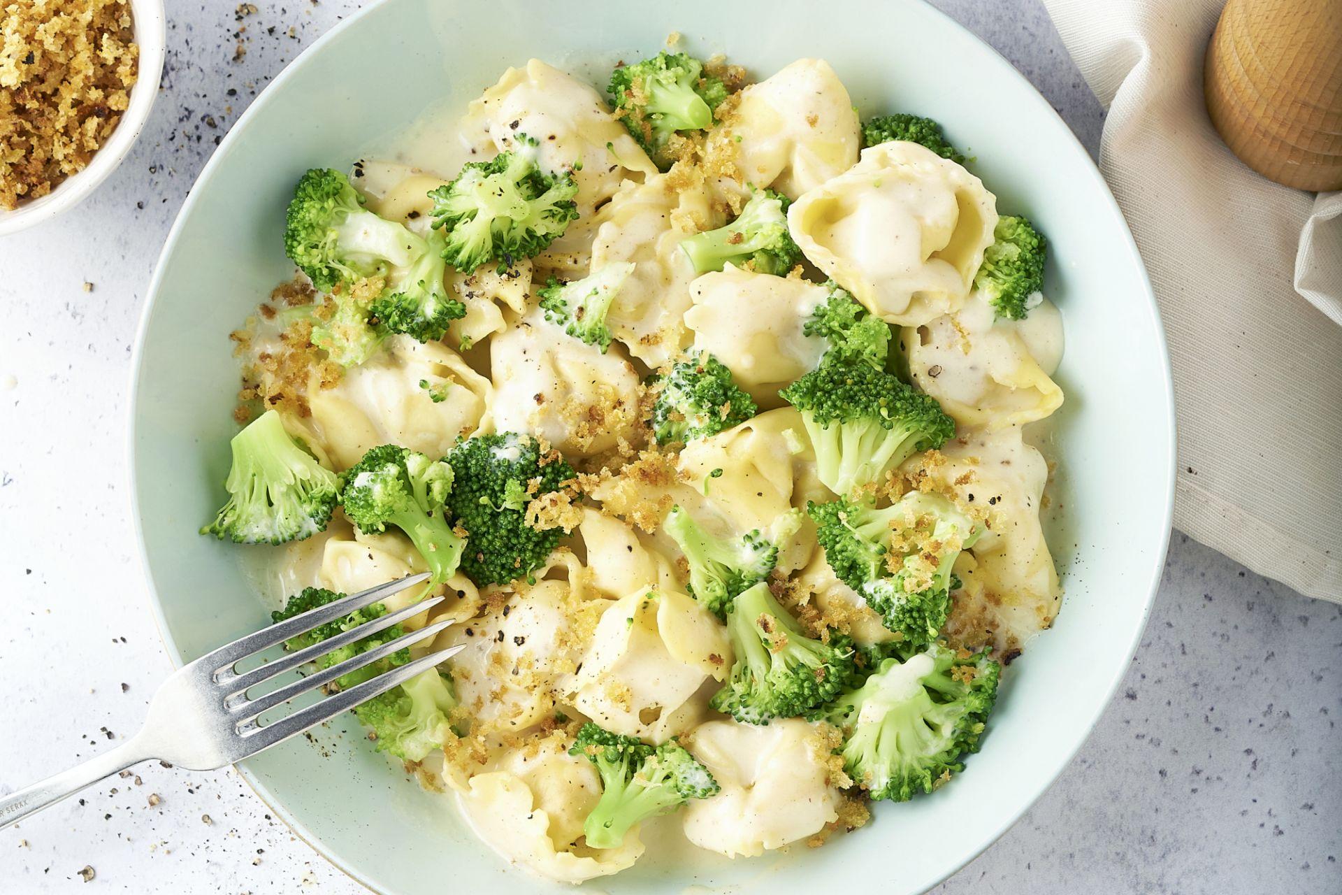 Tortellini in kaassaus met broccoli en pangrattatto