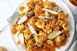 Foto van Tortellini met tomaten-groentensaus en gegrilde kip