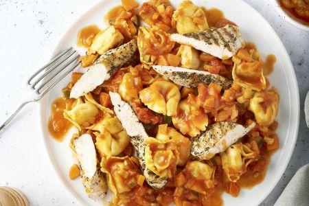 Tortellini met tomaten-groentensaus en gegrilde kip