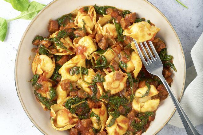 Kaastortellini met chorizo en spinazie in tomatensaus