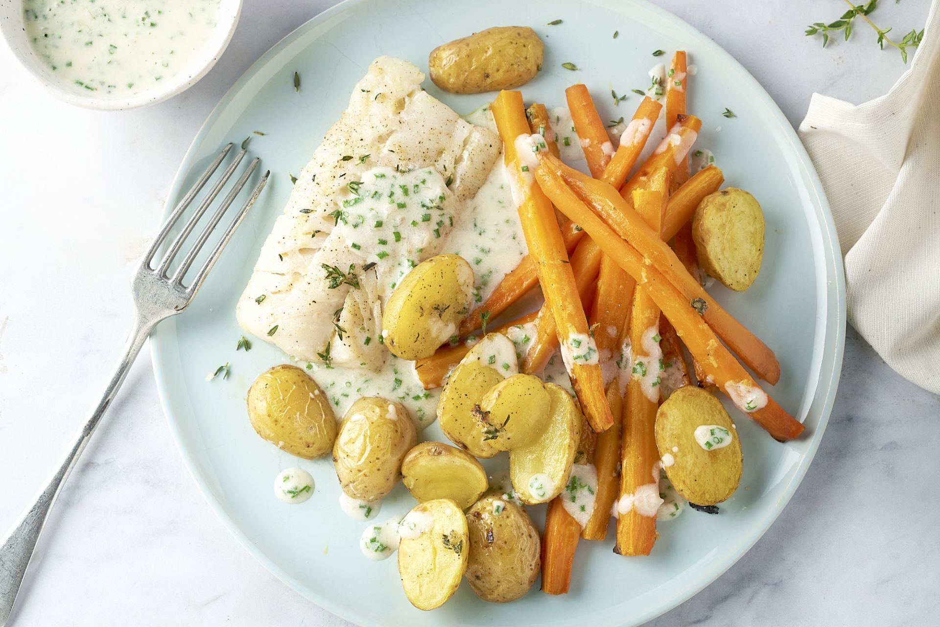 Witte visfilet met bieslooksaus, wortelen en krieltjes uit de oven