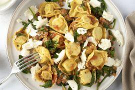 Foto van Tortellini met kippengehakt in tomatensaus met spinazie en mozzarella