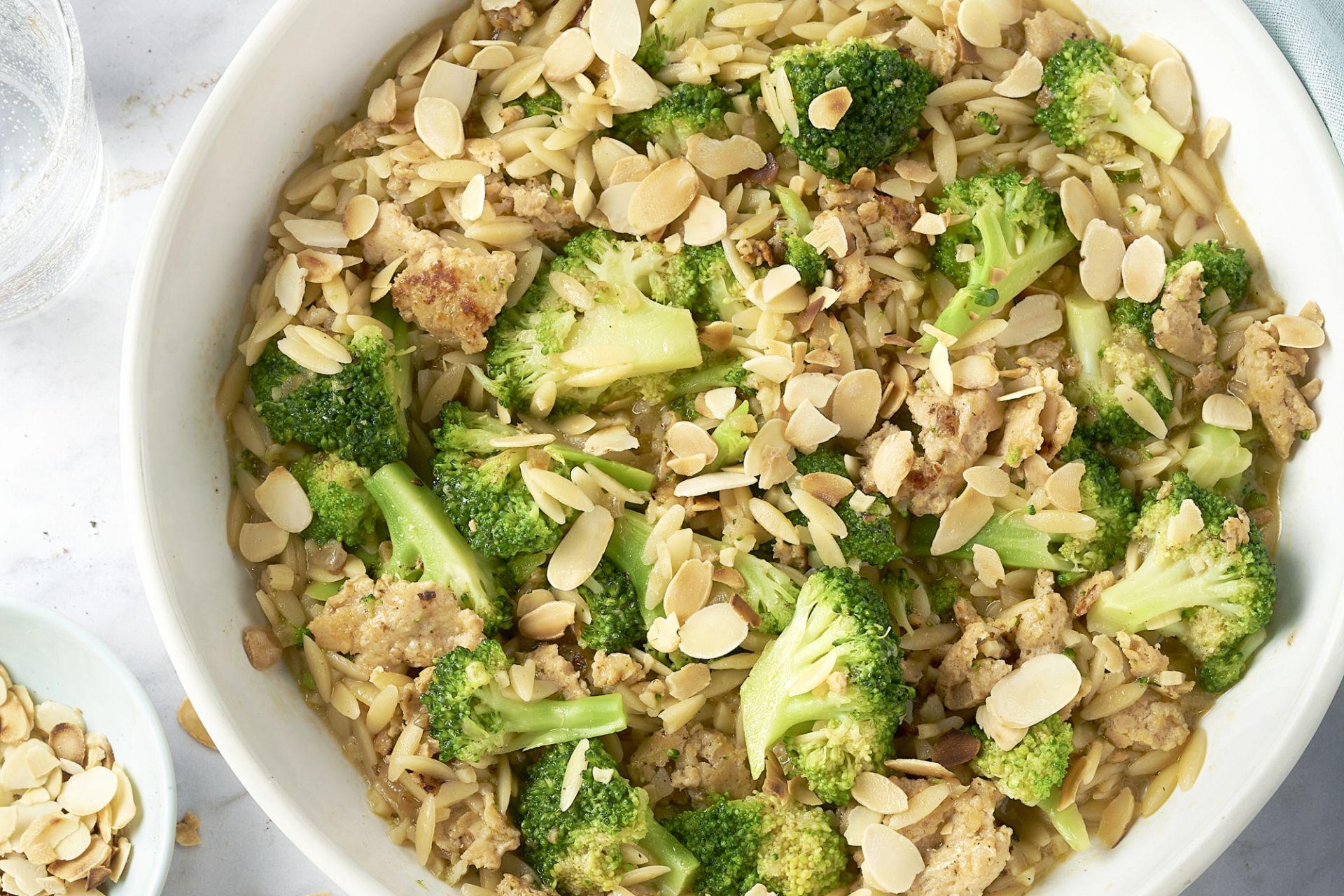 Orzo met kippengehakt, broccoli en amandel