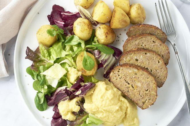 Gehaktbroodje met appelmoes en gebakken patatjes
