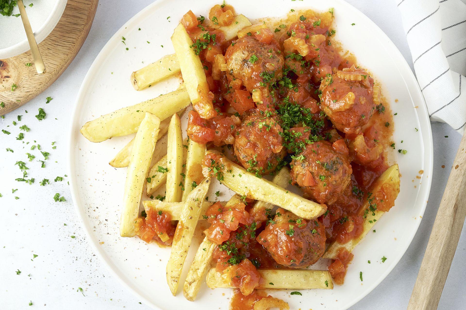 Gehaktballetjes in tomatensaus met ovenfrietjes