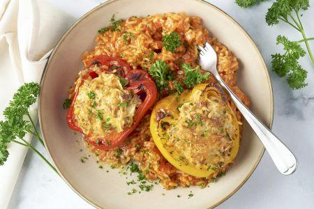 Gevulde paprika's met kippengehakt en Spaanse rijst