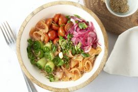 Foto van Pokebowl met gerookte zalm en quinoa