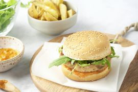 Foto van Tonijnburgers met rodepaprikasaus en aardappelwedges