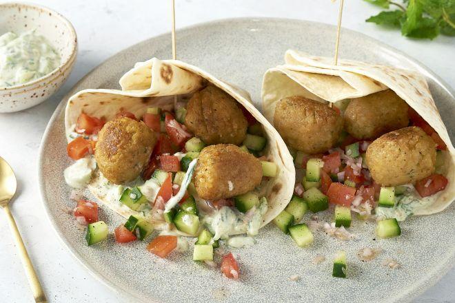 Wraps met falafel, tomaat-komkommersalade en tzatziki