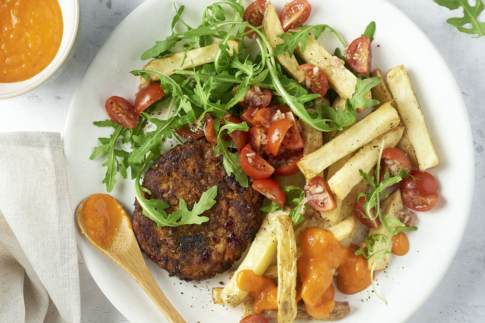 Groenteburger met rodepaprikasaus en ovenfrietjes