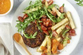 Foto van Groenteburger met rodepaprikasaus en ovenfrietjes