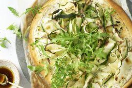 Foto van Pizza met ricotta, citroen en courgette