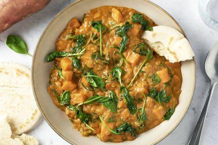 Linzencurry met spinazie en zoete aardappel