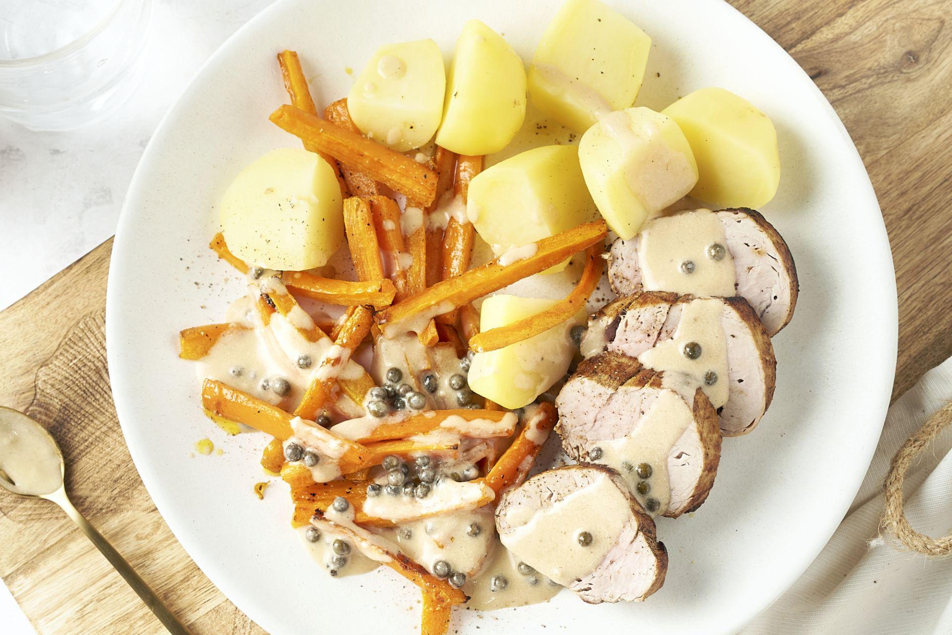 Varkenshaasje met peperroomsaus, wortelfrietjes en aardappelen