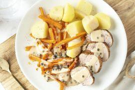 Foto van Varkenshaasje met peperroomsaus, wortelfrietjes en aardappelen