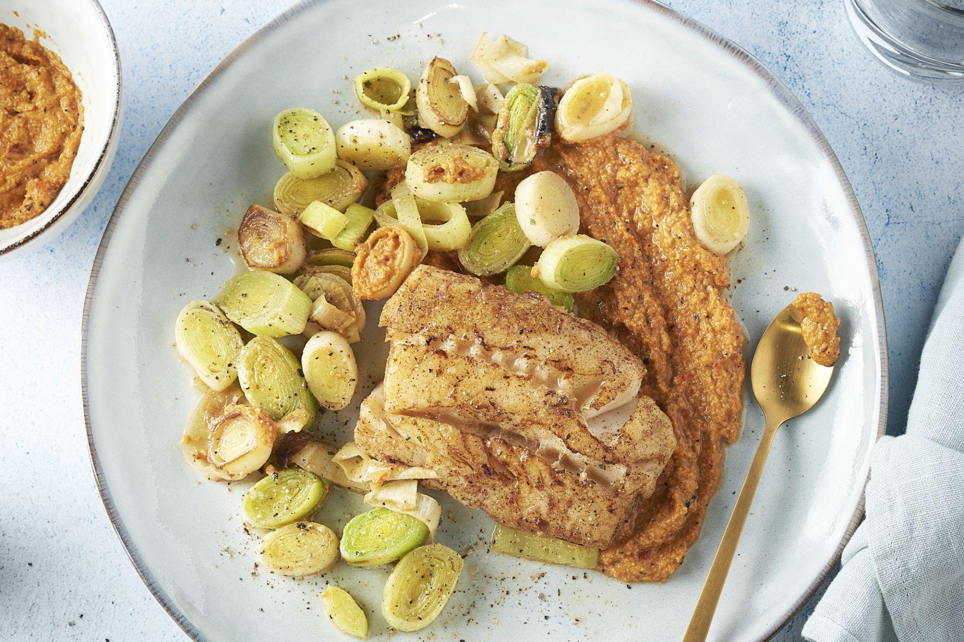 Witte vis met gesmoorde prei en romescosaus