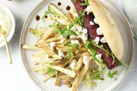 Veggie hotdog met rode bietenworst, geitenkaas en pastinaakfrietjes