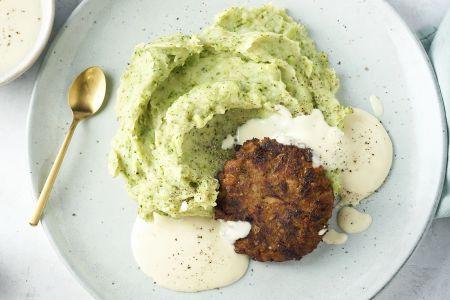 Broccolipuree met vegan burger en kaassaus