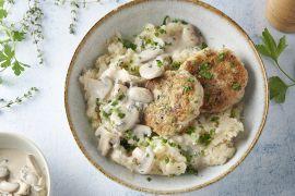 Foto van Knolselderpuree met champignonroomsaus en kippenburgers
