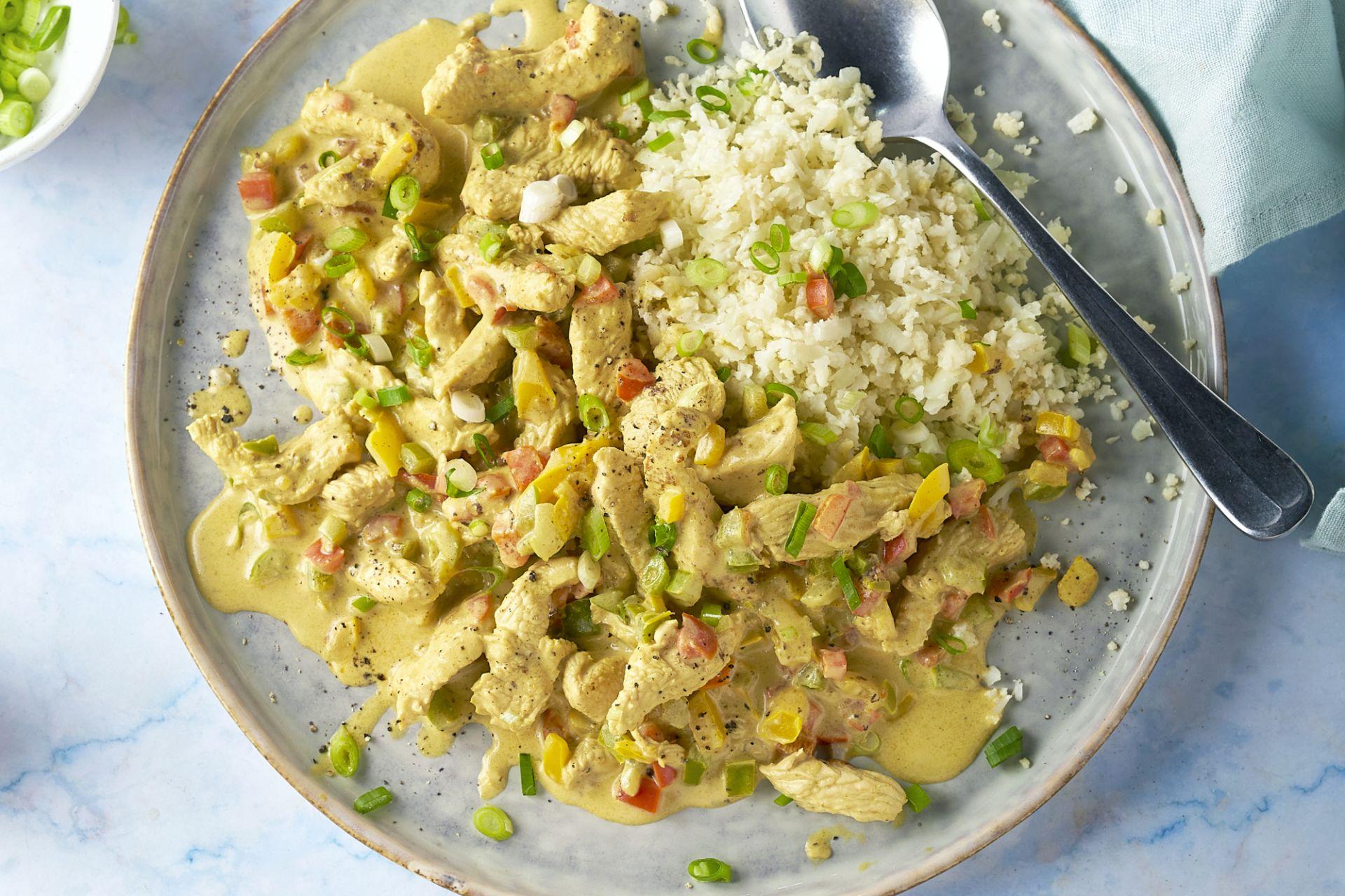 Kalkoen met paprika in curry-kokossaus met bloemkoolrijst