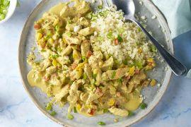 Foto van Kalkoen met paprika in curry-kokossaus met bloemkoolrijst