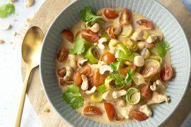 Foto van Kip met prei, rode currysaus en cashewnoten