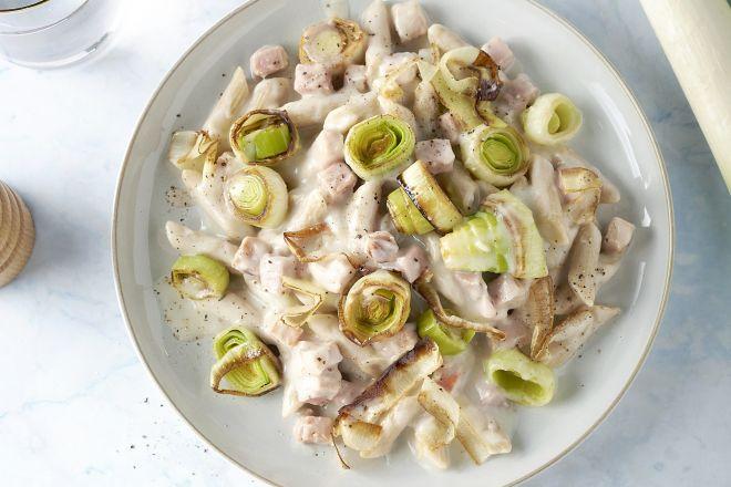 Volkoren pasta met prei, ham en bloemkoolsaus
