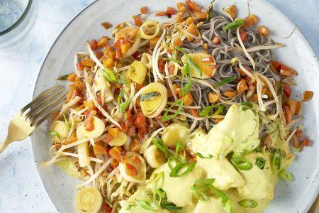 Vis gepocheerd in curryroom met groenten en sobanoedels