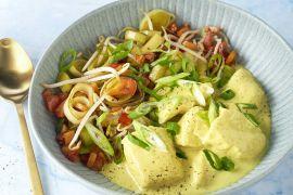 Foto van Vis gepocheerd in curryroom met groenten