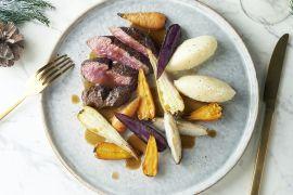 Foto van Hertenkalffilet met knolselderpuree, gekarameliseerde wortelgroenten en vleesjus