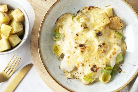 Ovenschotel met vis, prei in kaassaus en geroosterde aardappelen