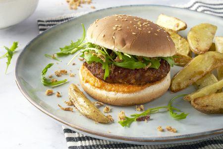 Groenteburgers met rodepaprikasaus en aardappelwedges