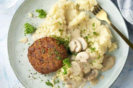 Vegan burger met champignonroomsaus en knolselderpuree
