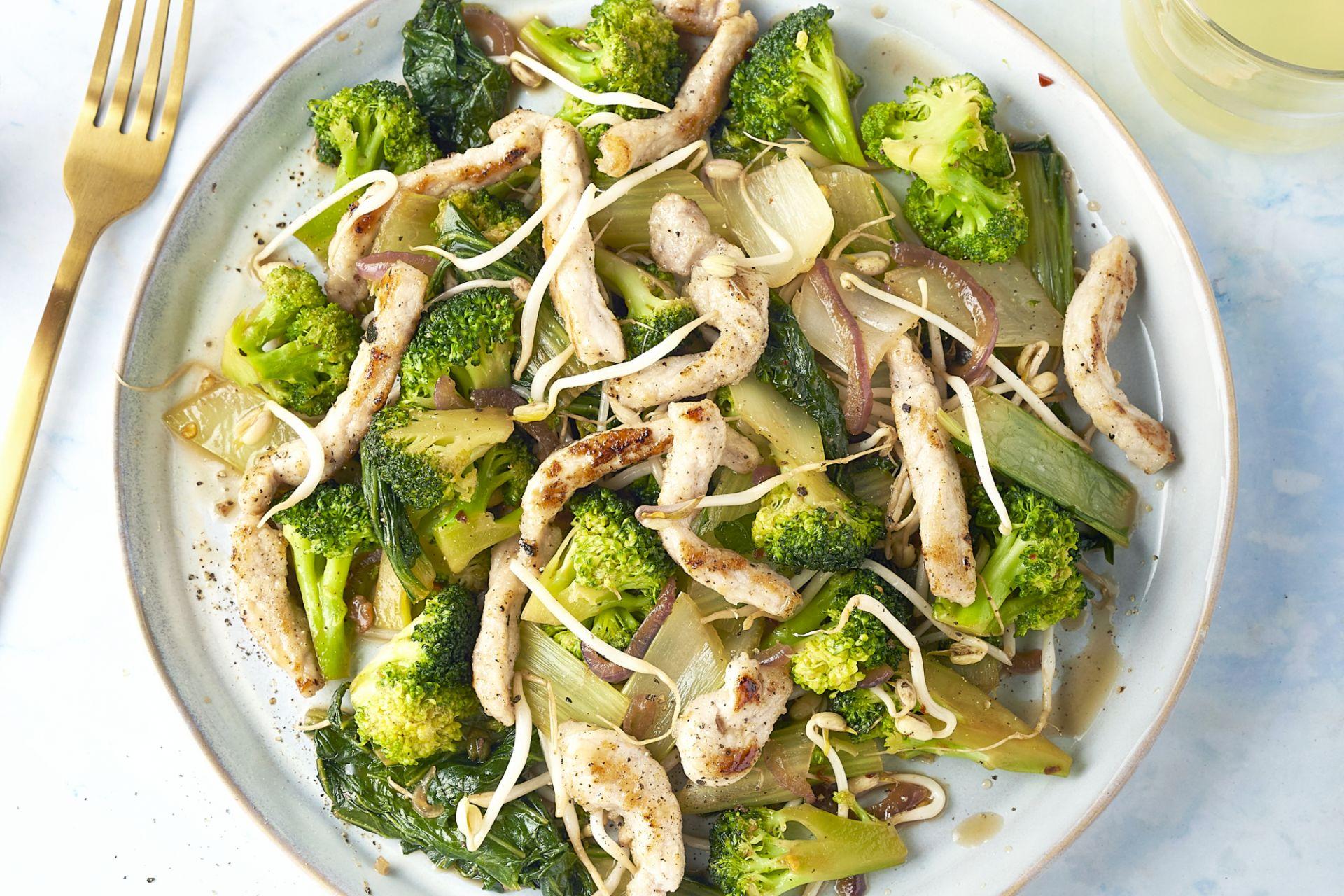 Gewokte varkensreepjes met broccoli, paksoi en sojascheuten
