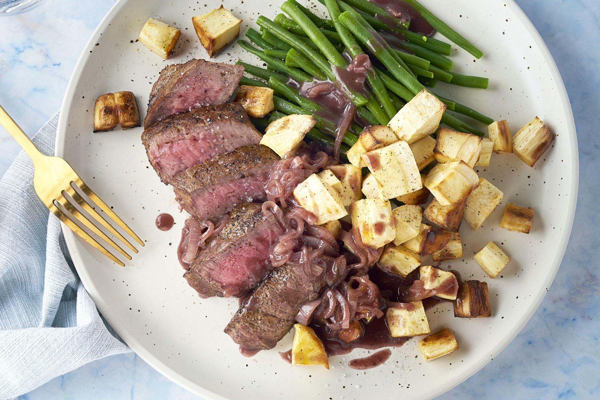 Steak met boontjes, sjalottensaus en geroosterde pastinaak