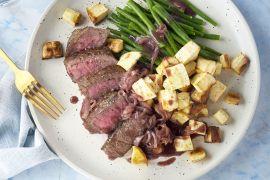 Foto van Steak met boontjes, sjalottensaus en geroosterde pastinaak
