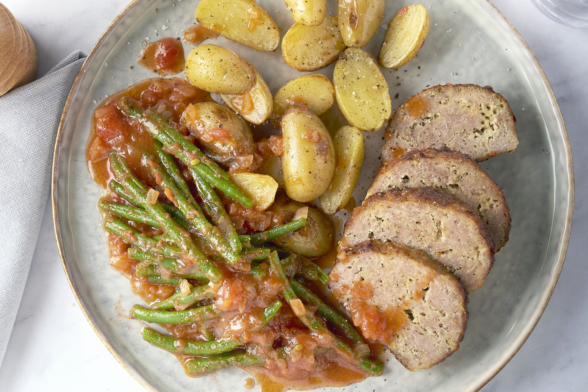 Gehaktbrood met kaas, boontjes in tomatensaus en geroosterde krieltjes