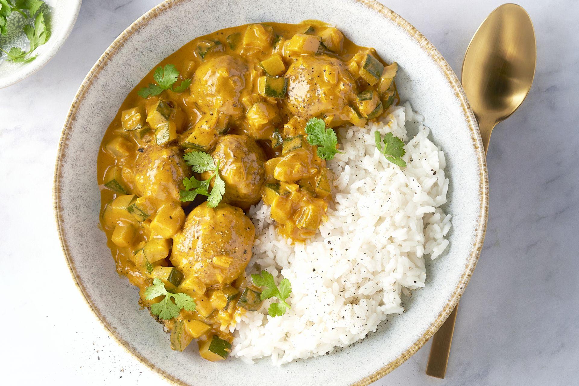 Indiase curry met kippengehaktballetjes en rijst