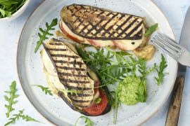 Foto van Croques van aubergine met tomaat, mozzarella en rucolapesto