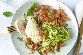 Foto van Kip 'bruschetta' met courgettespaghetti